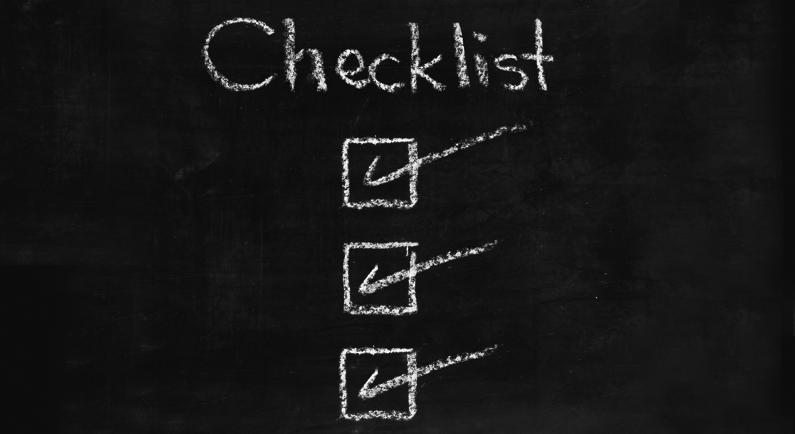 Eine Checkliste mit Kreide auf eine Tafel gezeichnet
