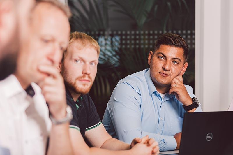 IT-Spezialisten von mod it im Gespräch