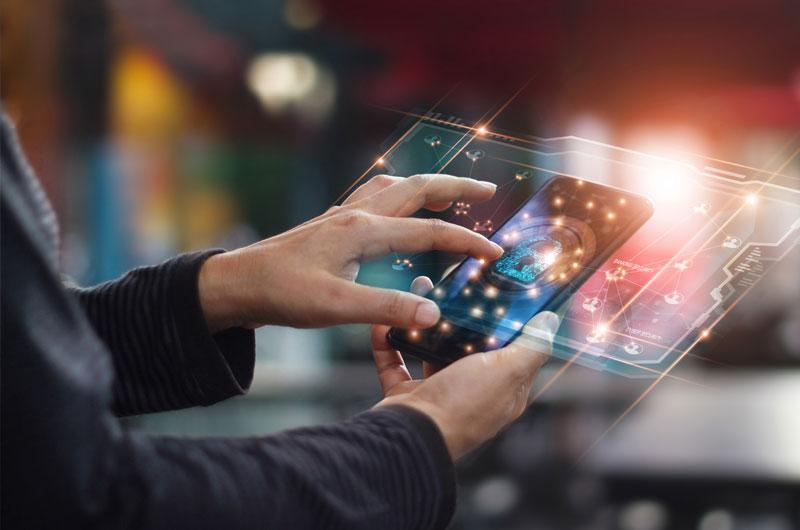Hände halten Smartphone mit Verschlüsselungssymbol über dem Bildschirm