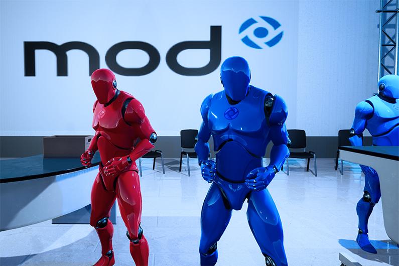 Roter und blauer Avatar vor mod-Hintergrund im Online-Game zur virtuellen Azubimesse
